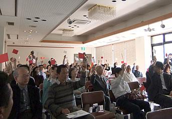 一般審査員の審査(紅白の旗を上げて判定します)